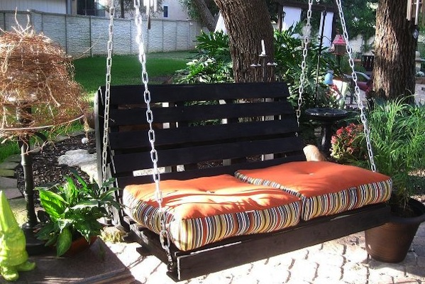 DIY Pallet Swing For Healing Garden